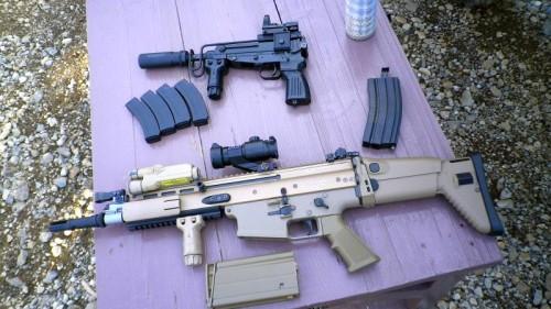 SCAR-H と スコーピオン Vz.61